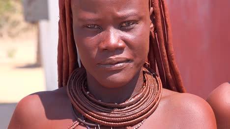 Schönes-Himba-Afrikanisches-Stammesfrauengesicht-Mit-Schlammfrisur-Und-Dreadlocks-Und-Runden-Halsketten