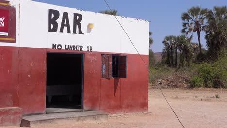 Establecimiento-De-Tiro-De-Un-Bar-En-Una-Pequeña-Aldea-Africana-En-Namibia