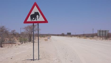 Un-Signo-De-Cuidado-Con-El-Cruce-De-Elefantes-Advierte-A-Los-Visitantes-En-Un-Camino-De-Tierra-En-Namibia-África