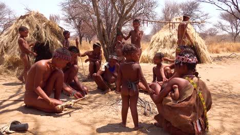 Familia-De-Bosquimanos-Tribales-San-Africanos-En-Sus-Cabañas-En-Una-Pequeña-Aldea-Primitiva-En-Namibia-África-1