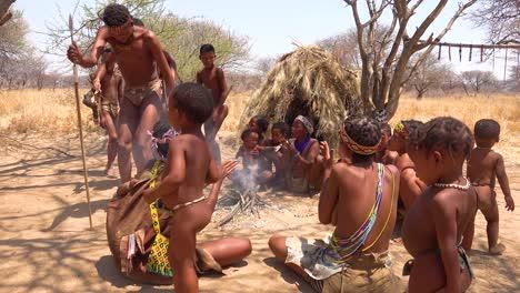 Afrikanische-San-Stammes-Buschmänner-Führen-In-Einem-Kleinen-Primitiven-Dorf-In-Namibia-Afrika-Einen-Feuertanz-Auf
