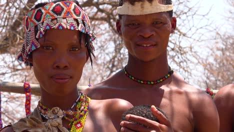 Schönes-Afrikanisches-San-Stammesangehörigen-Buschmänner-Familienporträt-Mit-Baby-Mutter-Und-Vater-Elternschaft