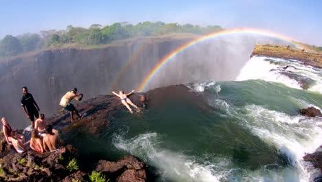 Los-Turistas-Se-Reúnen-En-La-Piscina-Del-Diablo-Al-Borde-De-Las-Cataratas-Victoria-Zambia-Para-Echar-Un-Vistazo-Al-Borde-De-Las-Cascadas-3