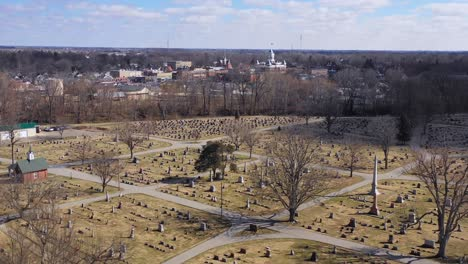Antena-Sobre-El-Cementerio-En-Franklin-Indiana-Una-Pintoresca-Ciudad-Del-Medio-Oeste-Americano-Con-Un-Bonito-Palacio-De-Justicia-Central