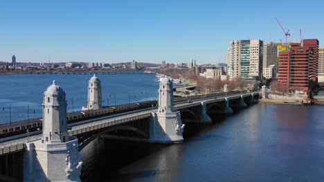 Antenne-Zur-Einrichtung-Der-Skyline-Der-Stadt-Von-Cambridge-Boston-Massachusetts-Mit-Longfellow-Bridge-Und-U-Bahn-Kreuzung