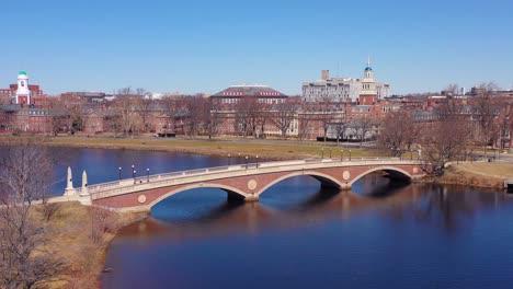 Vista-Aérea-over-the-John-W-Weeks-Footbridge-reveals-Harvard-University-campus-on-the-Charles-Río