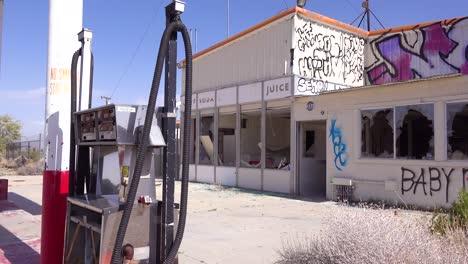 Una-Vieja-Y-Espeluznante-Gasolinera-Abandonada-En-Ruinas-En-El-Desierto-De-Mojave