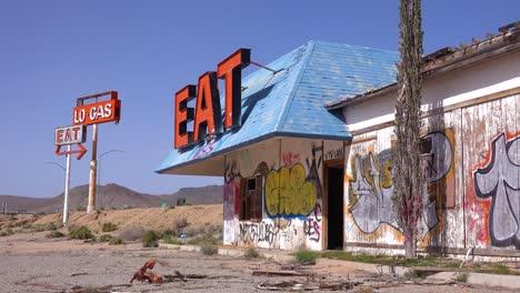Una-Vieja-Y-Espeluznante-Gasolinera-Abandonada-Y-Un-Restaurante-En-Ruinas-En-El-Desierto-De-Mojave-1