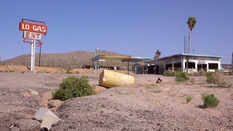 Una-Vieja-Y-Espeluznante-Gasolinera-Abandonada-Y-Un-Restaurante-En-Ruinas-En-El-Desierto-De-Mojave-2