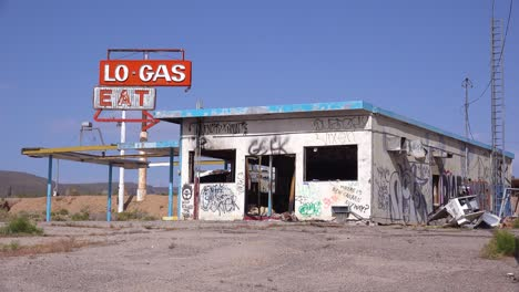 Una-Vieja-Y-Espeluznante-Gasolinera-Abandonada-Y-Un-Restaurante-En-Ruinas-En-El-Desierto-De-Mojave-3