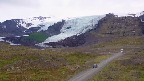 Antena-Sobre-Una-Autocaravana-Negra-Conduciendo-Hasta-Un-Remoto-Glaciar-En-Las-Montañas-De-Islandia-2