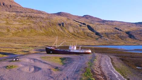 Antena-Sobre-Barco-Pesquero-Abandonado-Sentado-En-La-Orilla-De-Los-Westfjords-Islandia-3