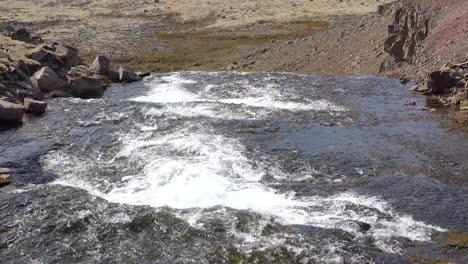Neigung-Des-Breiten-Flusses-Der-In-Die-Weiten-Fjorde-Der-Westfjorde-Islands-Fließtfjord