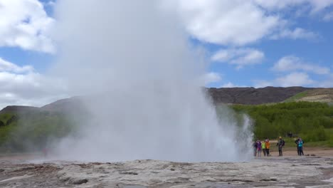 Strokkur-geyser-erupts-in-slow-motion-in-front-of-tourists-in-Iceland