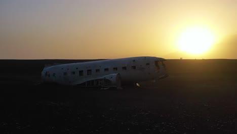 Vista-Aérea-over-a-crashed-US-Navy-DC-3-on-the-black-sands-of-Solheimasandur-Iceland