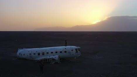 Hombre-De-Antena-De-Pie-Sobre-Una-Marina-Estadounidense-Se-Estrelló-DC-3-En-Las-Arenas-Negras-De-Islandia-Solheimasandur