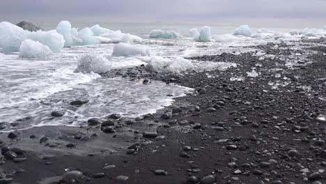Grandes-Icebergs-Claros-Se-Lavan-En-Tierra-En-Islandia-En-Diamond-Beach-Jokulsarlon