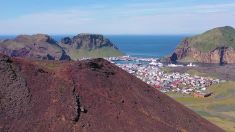 Buena-Antena-Ascendente-Del-Volcán-Eldfell-Que-Se-Cierne-Sobre-Heimaey-En-Las-Islas-Westman-Vestmannaeyjar-Islandia