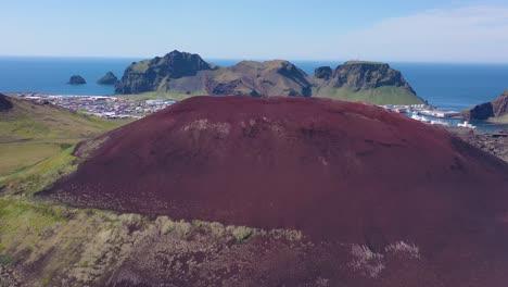 Good-rising-vista-aérea-of-Eldfell-volcano-looming-over-Heimaey-in-the-Westman-Islands-Vestmannaeyjar-Iceland-1