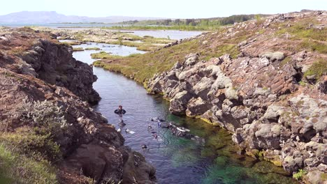 Divers-diving-the-mid-Atlantic-ridge-at-Thingvellir-Iceland-1
