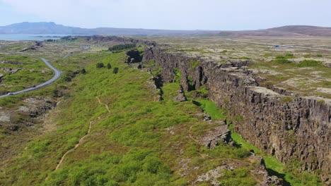 Hermosa-Antena-Sobre-La-Cordillera-Del-Atlántico-Medio-En-Thingvellir-Islandia