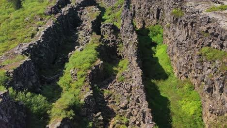 Tilt-up-vista-aérea-over-the-mid-Atlantic-Ridge-tectonic-plate-at-Thingvellir-Iceland-1