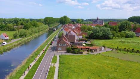 Antena-Sobre-El-Canal-Y-La-Pequeña-Ciudad-De-Damme-Bélgica-Y-El-Histórico-Molino-De-Viento