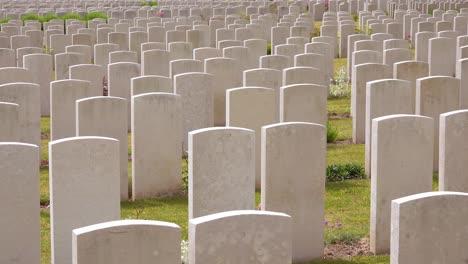 Errichtung-Von-Erschossenen-Grabsteinen-Des-Etaples-Frankreich-Weltkriegsfriedhof-Militärfriedhof-Und-Grabsteine-Von-Soldaten