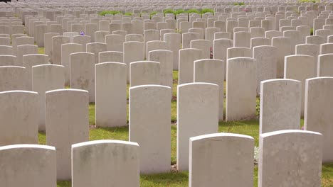 Errichtung-Von-Erschossenen-Grabsteinen-Des-Etaples-Frankreich-Weltkriegsfriedhof-Militärfriedhof-Und-Grabsteine-Von-Soldaten-1