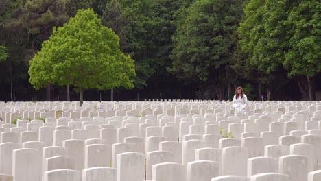 Eine-Frau-In-Einem-Weißen-Kittel-Betrachtet-Grabsteine-Des-Etaples-Frankreich-Weltkriegsfriedhof-Militärfriedhof-3