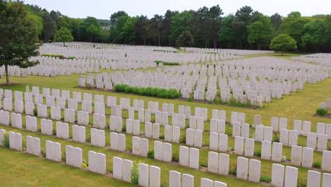 Antenne-über-Grabsteinen-Der-Etaples-Frankreich-Weltkrieg-Friedhof-Militärfriedhof-Und-Grabsteine-Der-Soldaten