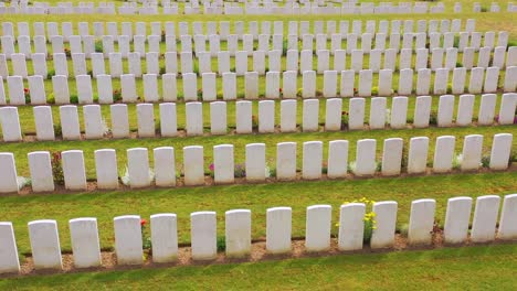 Vista-Aérea-over-headstones-of-the-Etaples-France-World-War-cemetery-military-graveyard-and-headstones-of-soldiers-2