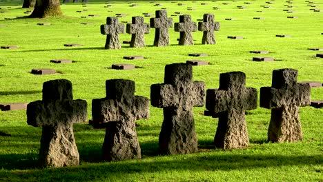 Tumbas-Y-Cruces-En-La-Cambe-Alemán-Nazi-Cementerio-Memorial-De-La-Segunda-Guerra-Mundial-Cerca-De-La-Playa-De-Omaha-Normandía-Francia-5