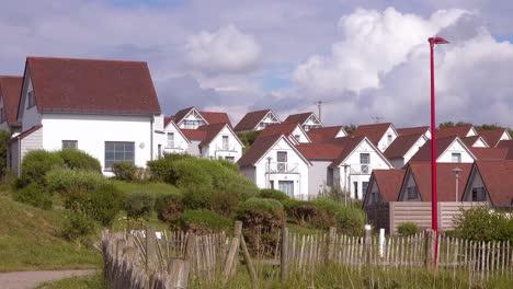 Hileras-De-Casas-De-Playa-Idénticas-Cpottages-O-Cabañas-De-Alquiler-A-Lo-Largo-De-La-Costa-De-Normandía-Francia