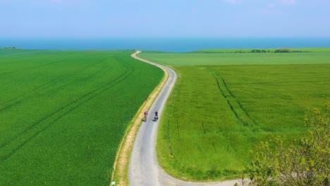 Schöne-Antenne-Eines-Französischen-Paares-Das-Fahrrad-Durch-Die-Grüne-Landschaft-Der-Normandie-Frankreich-Fährt-2