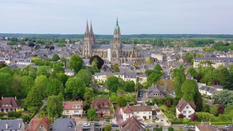 Hermosa-Antena-Sobre-La-Ciudad-Francesa-De-Normandía-Francia-Bayeux