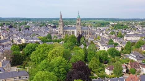 Hermosa-Antena-Sobre-La-Ciudad-Francesa-De-Normandía-Francia-Bayeux-1