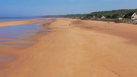 Gute-Luft-über-Hunde-Die-Auf-Omaha-Beach-Normandie-Frankreich-Standort-Der-D-day-invasion-Des-Zweiten-Weltkriegs