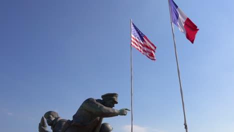 Kippen-Sie-Von-Amerikanischen-Und-Französischen-Flaggen-Zum-Denkmal-Des-Zweiten-Weltkriegs-Am-Strand-Von-Utah-Normandie-Frankreich