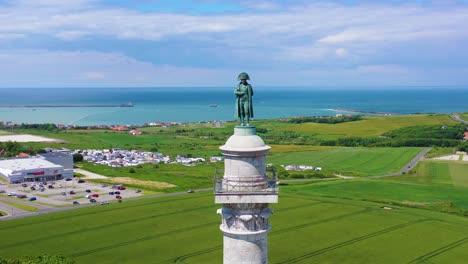 Antena-Alrededor-De-La-Estatua-De-Napoleón-Bonaparte-En-Boulogne-sur-Mer-Francia-Mirando-A-Través-Del-Canal-De-La-Mancha-Hacia-Gran-Bretaña