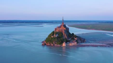 Hermosa-Toma-Aérea-Del-Mont-Saint-Michel-En-Normandía-Francia-En-La-Luz-Del-Atardecer