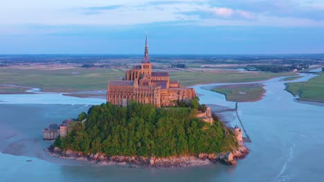 Hermosa-Toma-Aérea-Del-Mont-Saint-Michel-En-Normandía-Francia-En-Sunset-Light-2