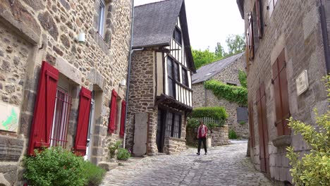 Old-cobblestone-roads-and-stone-buildings-in-the-pretty-town-of-Dinan-Brittany-France