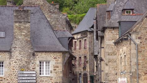 Antiguas-Carreteras-Adoquinadas-Y-Edificios-De-Piedra-En-La-Bonita-Ciudad-De-Dinan-Bretaña-Francia-1