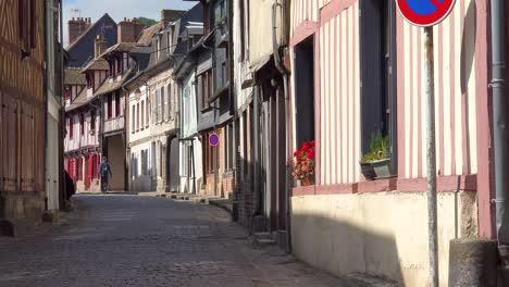 Antigua-Calle-Adoquinada-Y-Tradicionales-Edificios-De-Piedra-En-La-Bonita-Ciudad-De-Honfleur-Francia