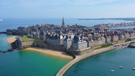 Schöne-Antenne-Von-Saint-Malo-Frankreich-Mit-Hafenwellenbrecher-Und-Pier-1