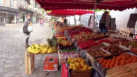 Frutas-Y-Verduras-Frescas-De-La-Granja-A-La-Mesa-En-Un-Mercado-Callejero-En-Honfleur-Francia