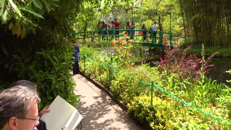 Artists-draw-in-the-garden-of-Claude-Monet-in-Giverny-France