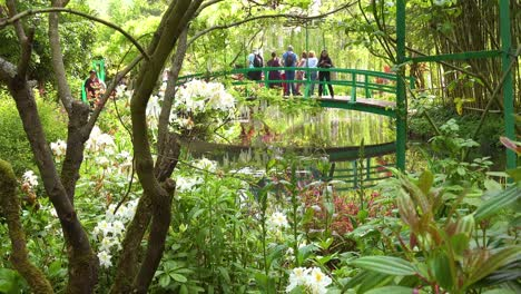 Tourists-gather-on-the-Japanese-bridge-in-the-garden-of-Claude-Monet-in-Giverny-France