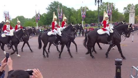 Buckingham-palace-mounted-guards-ride-horses-near-Buckingham-Palace-London-England